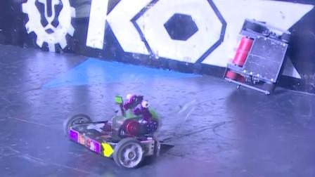 什么情况?铁甲格斗机器人粘在了墙上翻不了身!