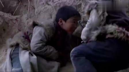 鬼子追杀两小孩,小孩掏出手榴弹一扔,没想到鬼子指挥官被炸飞