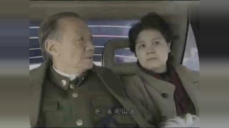 老首长回家路上,车竟被新来的警察拦下检查,看首长如何处理