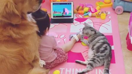 小萝莉一个人在家也不会孤独,因为小猫小狗总是陪伴着,很温馨!