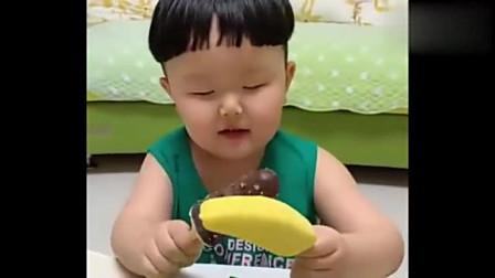 小朋友吃脆皮雪糕和香蕉雪糕,最喜欢吃的还是脆皮雪糕