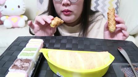 吃播小姐姐吃网红沙皮狗慕斯蛋糕,感觉好小,没吃过瘾