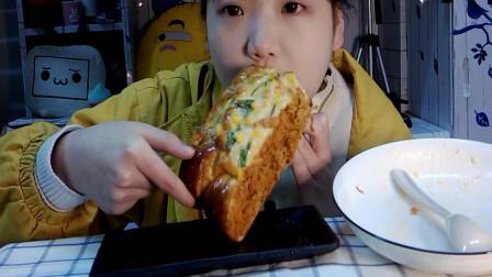 吃播小姐姐吃红烧肉盖饭和肉松面包,这吃相,好可爱啊