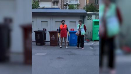 """""""你是什么垃圾!?""""最近,上海市民扔垃圾,被监督员大妈逼疯"""