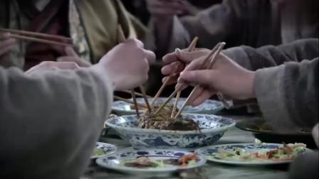 害怕菜里被下了毒,财主让人帮他试吃,没成想轮到自己吃时没菜了