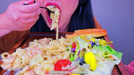 美女吃播大胃王,奶酪奶油意大利面,这都能吃下去,我服了