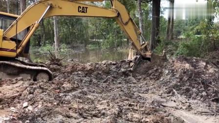 开闸放水,开挖掘机以来,这是我干过最舒坦的活,畅快!