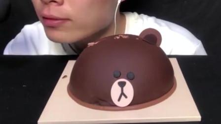 帅哥吃可爱的小熊巧克力蛋糕,真忍心下嘴