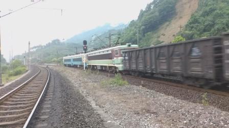 (成昆铁路)韶山4(7062)+韶山3(4332)型电力机车重联货列下行方向驶向沙湾站
