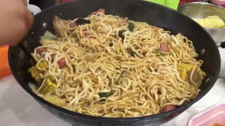 哈尔滨人太会吃!1大铁锅焖面,炖上鸡爪土豆玉米!这哈尔滨特色乱炖真有食欲