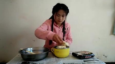 农村姑娘挑战特辣网红食物,一口下去火气就上去了,你敢吃吗