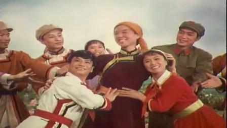 """电影《草原儿女》片尾曲""""红领巾红又红"""""""