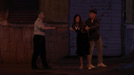 女孩夜晚遭遇危险,路过大叔将她护在身后:别怕,叔叔保护你!