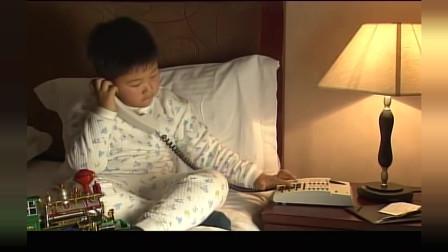 小男孩想妈妈了,给妈妈打电话哭着说,妈妈你怎么不接电话呀