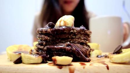 美食分享:美女直播吃自制巧克力香蕉燕麦煎饼,好好吃