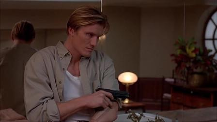 因为要随时监视着要犯,在西蒙尼洗澡时戴恩也在一旁看着