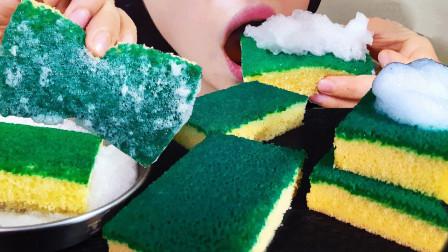 小姐姐吃起了海绵擦,原来都是蛋糕做的,真是创意十足的甜品