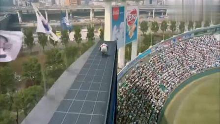 大猩猩大闹韩国联赛,直升机都奈何不了它,飞身跳高台太刺激了!