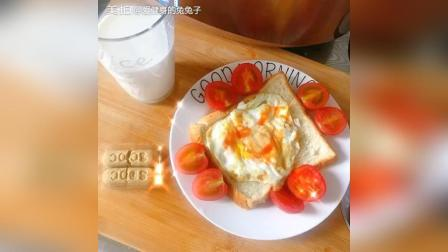 今日份减脂营养餐 热牛奶小饼干全麦面包荷包蛋水果