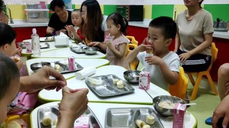 第一次在幼儿园吃饭 一盒牛奶一块蛋糕一碗粥三块香蕉