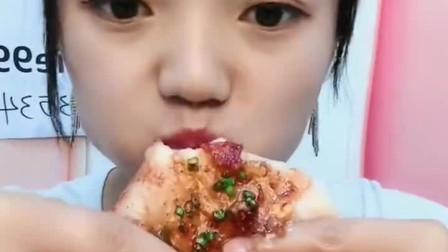 美女爱吃油面包,这是什么小吃