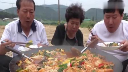 《韩国农村美食》大胃王美食吃播,韩国一家人吃牛肚蔬菜金针菇大杂烩