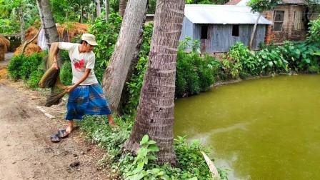 农村小哥周末出来捕鱼,撒网技术一流,看看他是否有收获?