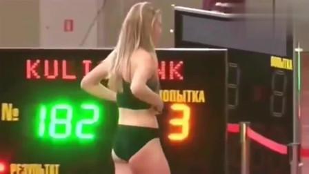 俄罗斯跳高女神太美了,把头发散下来的那一刻,观众沸腾了!