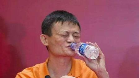 马云正在台上演讲,短裙美女中途给他送水,首富下秒举动暴露为人