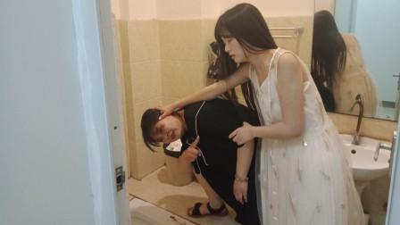 恶毒儿媳虐待婆婆,被女孩子小姑子看见,直接把嫂子头按进厕所