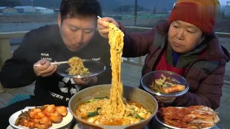 《韩国农村美食》胖墩母子吃午饭,拉面配上泡菜和腌萝卜,吃的真香