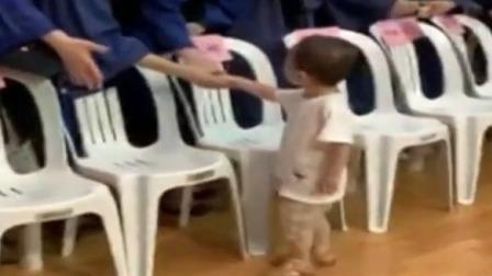 2岁萌娃挨个和毕业生握手 沉稳大方气场十足 每日新闻报 20190629 高清版