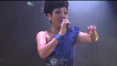 她才是真正的殿堂级歌手,70岁飙歌《沧海一声笑》,依旧豪气十足