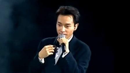 当年张国荣登台演唱,观众都站起来为他加油,哥哥就是这么有魅力