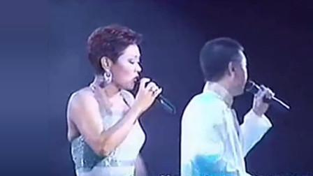 黄霑演唱会上,叶丽仪,叶振棠合唱《笑傲江湖》,歌声豪迈动听