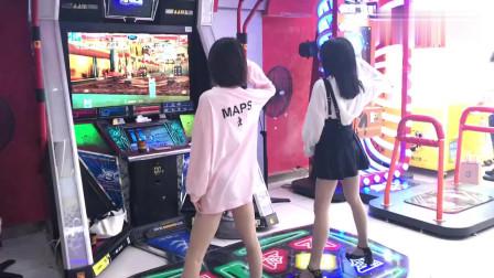 偶遇两个小姐姐玩跳舞机,喜欢穿裙子的小姐姐,娇小可爱