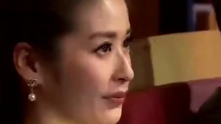 杨钰莹深情翻唱一首《爱的供养》眼含泪水,太有感觉了!很好听