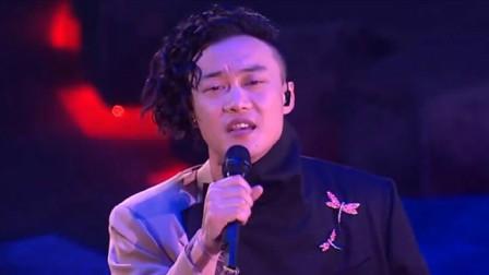 陈奕迅演唱会,演唱《岁月如歌》,一开嗓全场观众掌声不断