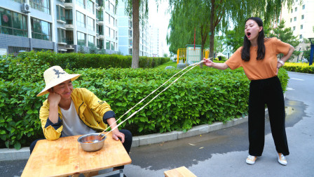 用6米长筷吃火鸡面,机智美女做出一把折叠筷子,太厉害了
