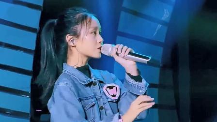 12岁少女一开口竟是烟嗓,与歌手合唱《岁月神偷》毫不逊色,网友:说好的童声呢