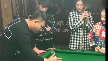 台球:世界冠军郑宇伯手切低杆,第一次看到这种台球玩法!
