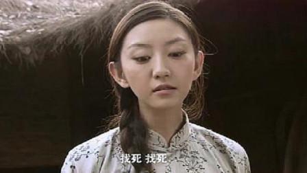 流氓在村里玷污妹妹,姐姐直接拿石头砸中眼睛,妹妹哭得让人心疼