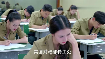 美女考试全靠蒙,在抽屉搞小动作,小伙以为她想作弊结果却被逗乐