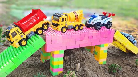 儿童玩具汽车水池洗澡,共同搭建彩色积木桥