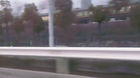 开汽车想和火车比一下速度,结果还是火车赢了!