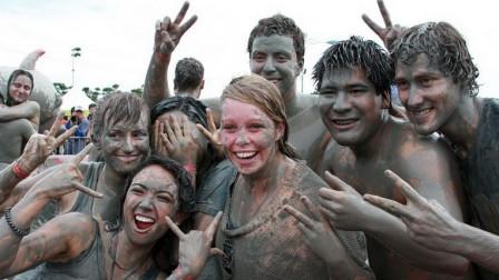 以色列的泥浆狂欢节,美女们丢掉形象参与其中,男性游客大饱眼福