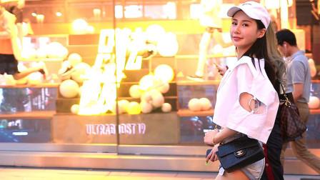 时尚闺蜜携手来逛街,相互映衬真好看