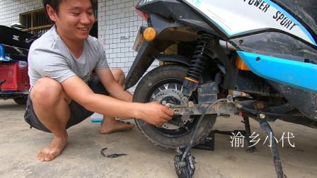 借的电动车被小代开坏了,修车店要400元换电机,看看小伙怎么修