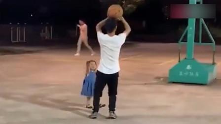 每天就这么屁颠屁颠的跟着爸爸,也不怕球给你砸了,真是傻情人啊