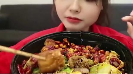 上海大胃王吃肥牛麻辣香锅,大口大口的吃,吃的满嘴是油,好过瘾